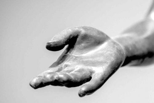 Statue d'une main tendue, amour et tendresse