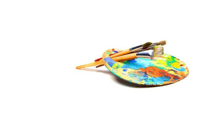 Pinceaux et peinture pour peindre ensemble
