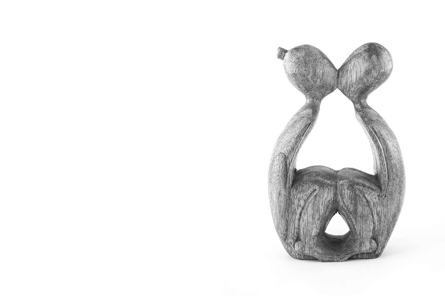 Sculpture d'un couple. L'apprentissage de la sexualité dans le couple et la famille
