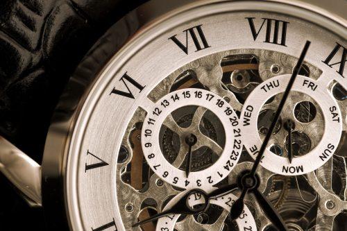 Gros plan d'une montre. Mécanismes. Révisions